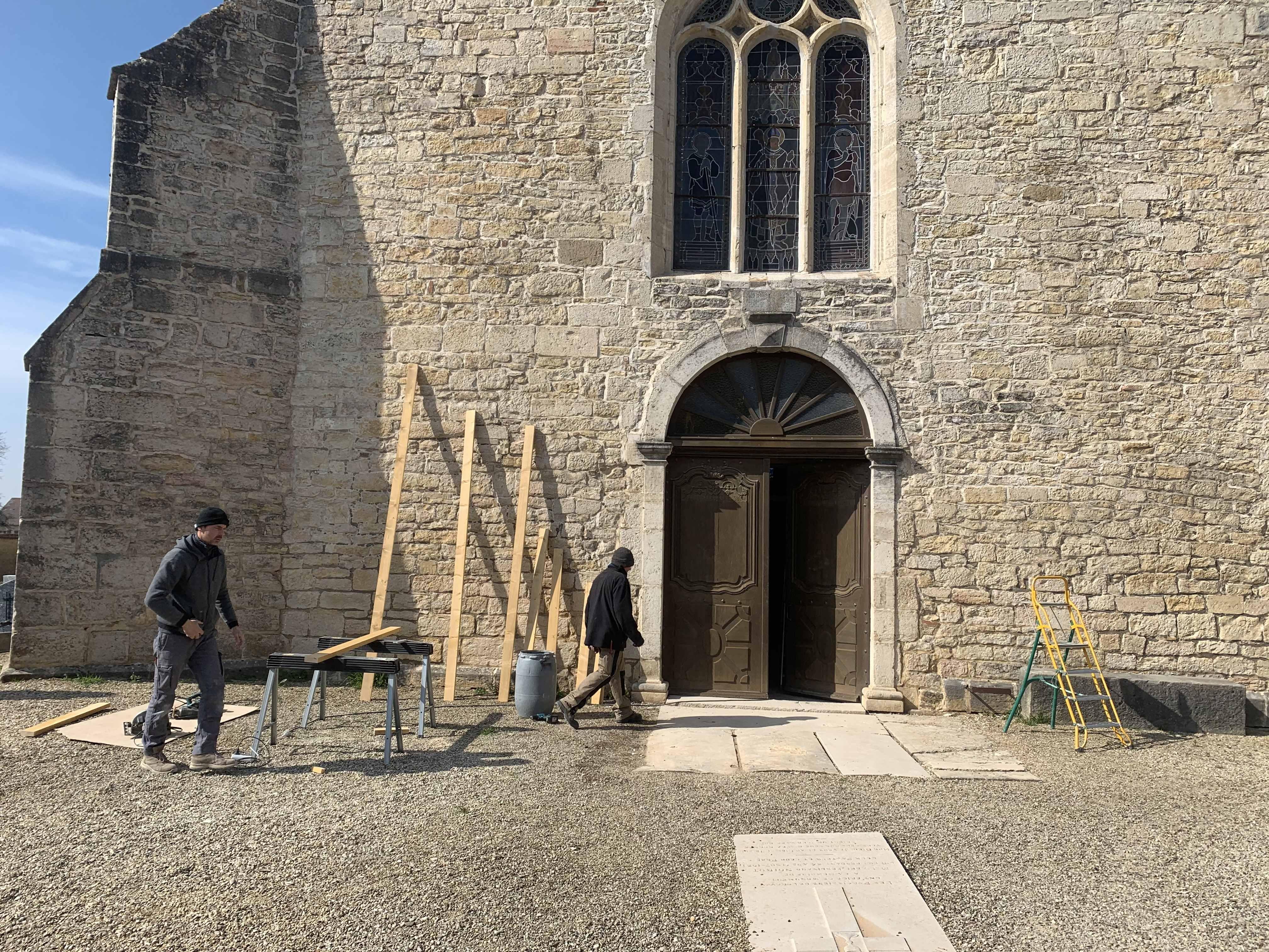 Sas d'entrée en chêne de l'église à Longwy sur le Doubs (39)