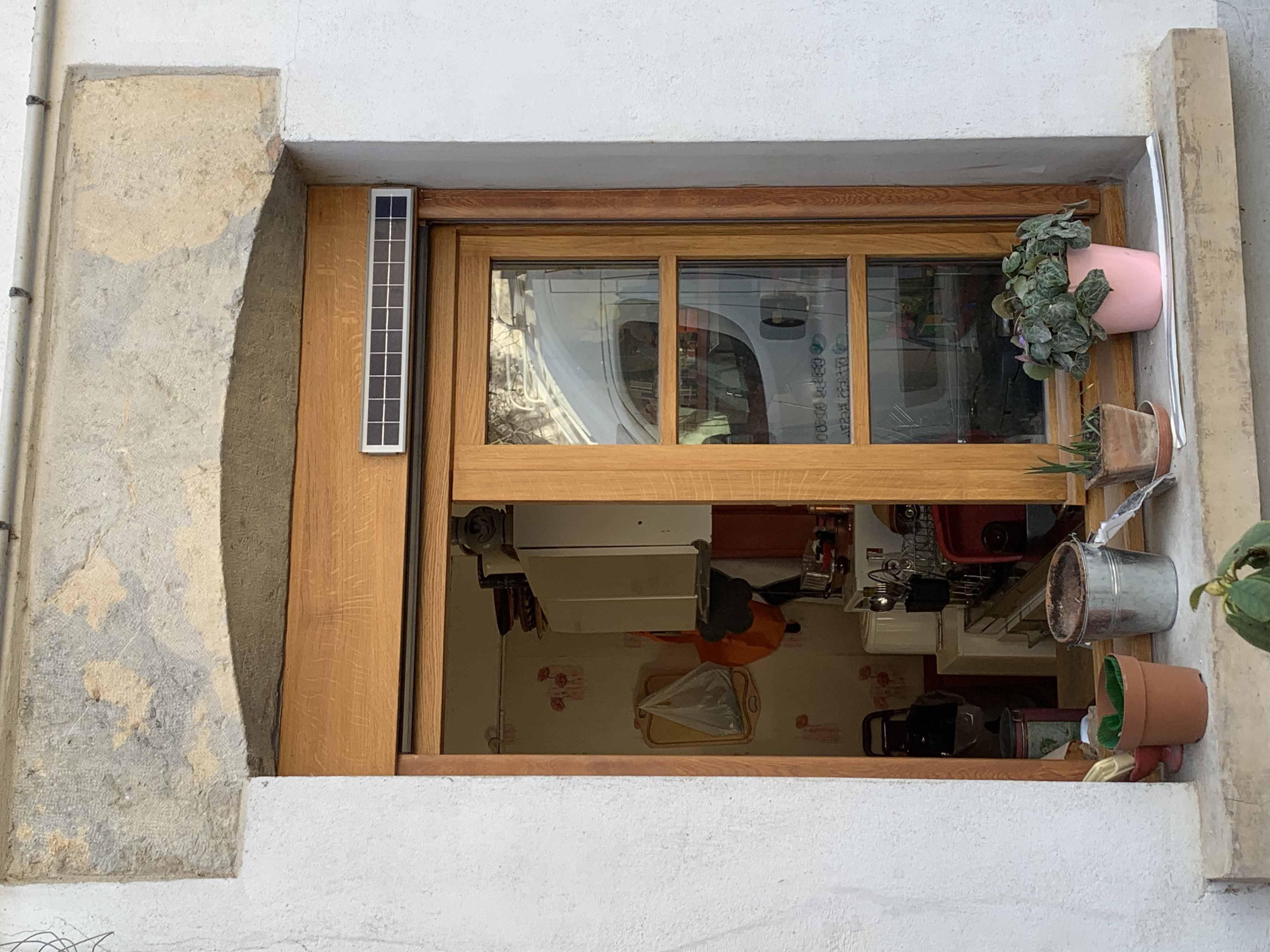 Fenêtre en chêne avec volet roulant solaire à Chissey sur Loue. (39)