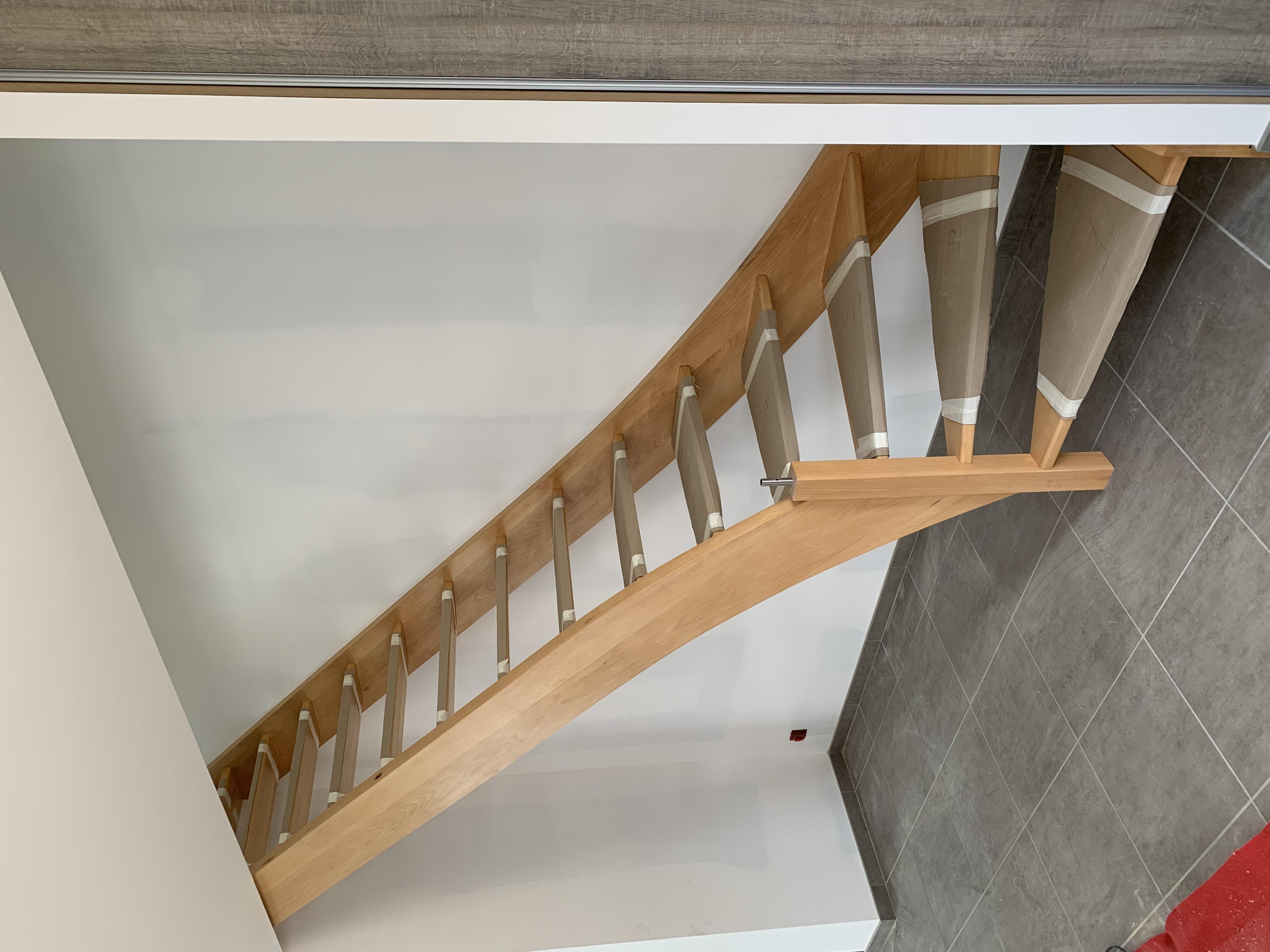 Escalier avec balustre démontable pour facilité le passage du mobilier à l'étage.