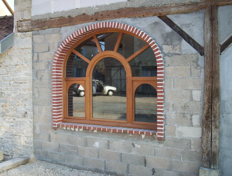 Fenêtre en bois rouge cintrée